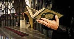 koran-met-de-mens-van-moslims-moskeeachtergrond-koran-heilig-boek-van-moslims-76264619